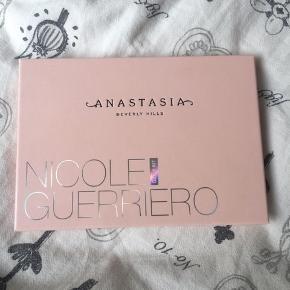 !!! BYD !!!  Mp. 150   Sælger dette Anastasia x Nicole Guerriero Glow Kit, da jeg ikke bruger det længere. Det er brugt, men der er stadig meget produkt i.   Np. 520   Køber betaler fragt