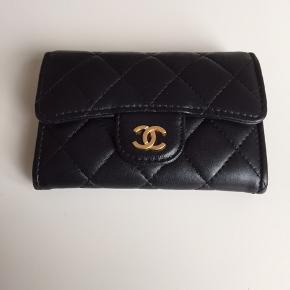 Fin lille pung/kortholder fra Chanel i lammelæder. Standen er rigtig fin, ingen synlige tegn på slid. Alt haves bortset fra kvittering. Serienummer er intakt. Skriv for eventuelle yderligere informationer og billeder.