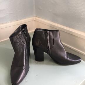 Lækreste ankelstøvler i ægte læder fra Zara. Blødt læder. Str 38. Kun brugt få gange.
