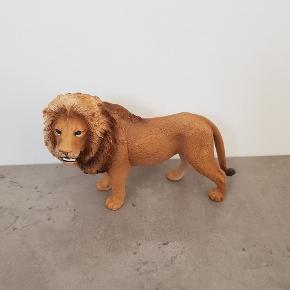 Løve fra schleich. • Den er i pæn stand, og er fra røg og dyre fri hjem. • Helst gerne kontant, da det er til min datters sparegris. • Den kan afhentes i 6700.