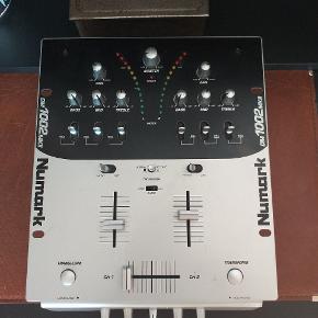 Numark DM 1002 MKII mixer sælges...   Virkede perfekt sidst den var i brug, men strømforsyningen er desværre gået tabt under flytning, så kan ikke teste den længere..    (Sælges derfor også pænt billigt?)    SE OGSÅ MINE ANDRE ANNONCER.. :D
