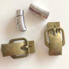 4 smykke-magnet-låse.  2 stk i antikguld / bronze, der er formet som (bælte)spænder.  2 stk i sølvfarve, let buet cylinder.  Låsene har selvfølgelig ikke været brugt.  De 4 låse sælges samlet for 49 kr. + evt. porto.  Kan afhentes på Frederiksberg.