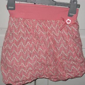 Lækker nederdel med ribkant og for (ballonfacon).  Se også mine andre annoncer.  nederdel Farve: coral