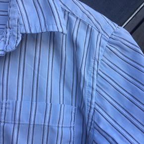 Lækker drengeskjorte fra Gap str. 7-8 år. Fin stand, dog desværre en lys/gullig plet forneden foran, se billedet.