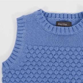 Varetype: Vest Farve: Blå Oprindelig købspris: 400 kr.  Sød vest fra Norlie, som er ubrugt, men vasket én gang. Prisen er fast! :)