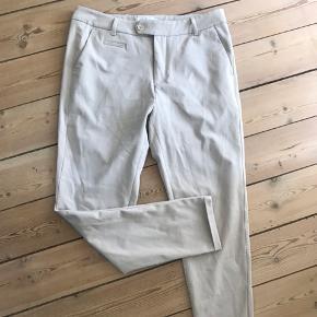 Sælger de populære slim-fit Les Deux bukser  til herre, i modellen 'Como Suit Pants'.   Bukserne er fremstillet med en god stretch  Farve: WINTER TWIG BROWN  Størrelse: 32/30  Aldrig brugt.  De er desværre en anelse for små til min kæreste. Derfor sælges dette par + et par grønne i samme størrelse.