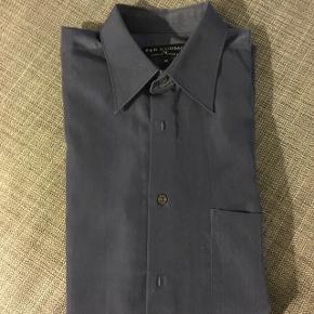 Blå Armand Thiery skjorte  Åben for bud  Kan købes og afhentes i Lidkøb på Østerbro  stand 7 - 03