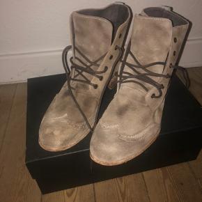 Lækre SAND herre støvler, som kun er brugt meget få gange og står som nye. Selve støvlerne er lidt små i størrelsen.