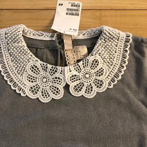 Sød grå bluse fra H&M med smuk hvid krave.