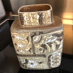 Flot vase og som er helt uden skår eller andet. Størrelse i højden 19,5 cm og bredden 7 cm forneden.
