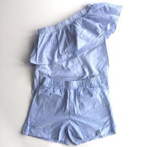 Stribet sæt fra Minimum str 34 bestående af en oneshoulder overdel og et par shorts Brugt 2 gange