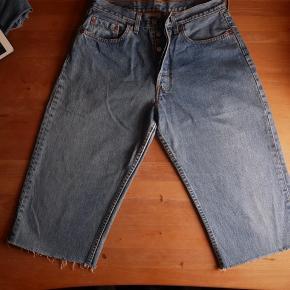 Levi´s jeans i model 508, str. W31. Det er for mange år siden blevet klippet til 3/4. Vil være super fede som shorts. De har lidt slitage i skridtet og få helt små pletter bag på.