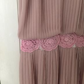Smukkeste See by Chloé kjole i farven rosa str. M (dog vil jeg gøre jer opmærksomme på, at den er meget lille i str. så svarer nærmere til XS/S). Kjolen har smukke hæklede lyserøde blomster samt plisse stof. Bagpå er der en åbning så man kan se ryggen, som lukkes med knap foroven 🌸  Byd gerne kan både afhentes i Århus C og sendes på købers regning 📮✉️