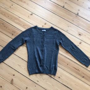 Grå cardigan - 50% uld og 50 % akryl. Str. L - passer en M/L  Ingen bytte.  NYPRIS: 900 kr.  FAST PRIS  Jeg sender desværre ikke billeder med tøjet på.