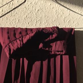 Super smuk pliceret nederdel fra Bohoo. Aldrig brugt, og har hængt i et mørkt skab. Farven er derfor 100% intakt. Der er elastik i livet, så den slutter helt til, og komplimenterer taljen super flot.  Sælges fordi den er for lille. Passes af en 36/38.  Prisen er uden fragt Kan også afhentes i Århus C, efter aftale ☺️