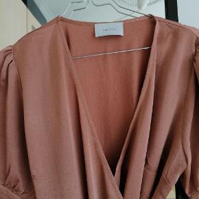 Den fineste gammel rosa kjole fra neo noir.  Kjolen har det fineste og er meget let i stoffet Aldrig brugt og klar til brug.