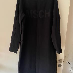 Sweatshirt kjole fra Moss Copenhagen. Kjolen er i kraftig kvalitet. Perfekt her til efterår og vinter 😊