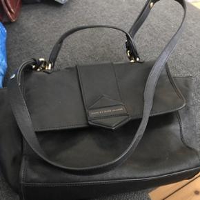 Taske fra Marc by Marc Jacobs i mellemstørrelse. God, men brugt eftersom den er fin stand. Dog har den få ridser på læderet foran og ridser på låsen og lynlåsen (dette kan ikke undgås).  Tasken er selvfølgelig ægte! BYD ☺️