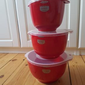 Rosti Mepal Magrethe, røreskålsæt, 6 dele, rød. 3 skåle med tilhørende låg. Skålene er 1,5 l., 2 l., og 3 l. Den 1.5 liter er brugt få gange, og kun vasket op i hånden. Ellers står de som nye.  Sender gerne. Kom endelig med et bud.
