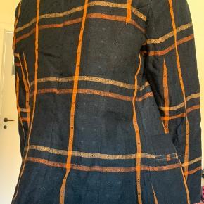 Sjov og sød blazer købt i en genbrug, men aldrig selv brugt. Den har skulderpuder og en feminin pasform. Fra mærket Bugatchi