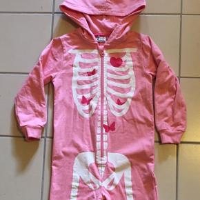 💕 Lyserød skelletdragt str. 98/104 100 % bomuld evt. kostume til fastelavn 💕