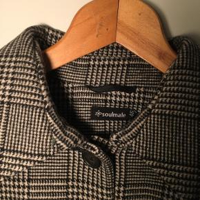 Flot uldfrakke. Næsten ikke brugt, sælger fordi den er for stor til mig. Det er en str 46, men passer nærmere en str 44.