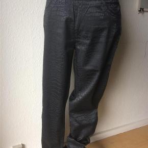 Varetype: bukser Farve: Sort Oprindelig købspris: 399 kr. Prisen angivet er inklusiv forsendelse.  Bukser/leggings fra Freequent. str M.  stretch med mønstret jaquard look. m snydelomme og bred elastik i taljen. 36% bomuld. 62% polyester. 2% elastan. talje 77 cm + elastik, hoftevidde 100 cm, længde 105 cm   bytter ikke til andre varer!   BRUGT 1 GANG!!   oprindelig pris 399,95 - sælges billigt til 199,- incl porto