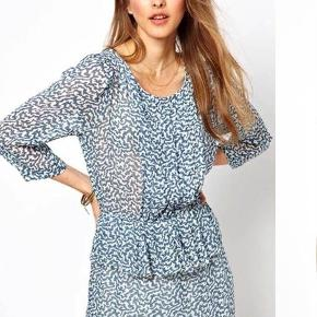 Fin Ganni kjole i populært mønster.