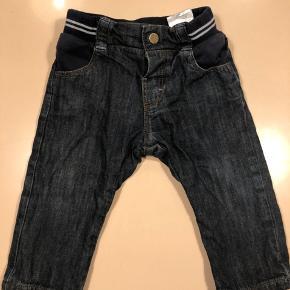 Super fede jeans til den lille seje dreng.  De er str 9 mdr/71 så de er lidt små i str. min dreng er lige fyldt 10 mdr og de er noget for korte nu.