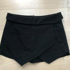 De klassiske Zara shorts med skirt over. Meget fin stand.  Lynlås bagpå.
