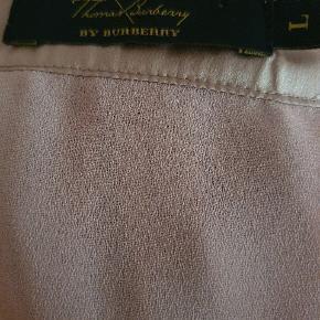Smuk 100% silkekjole fra Thomas Burberry. Den er foret og i smuk gammelrosa farve I den helt gode ende af GMB
