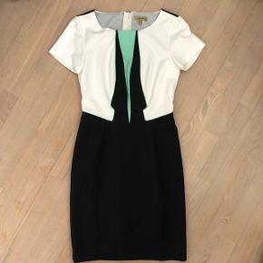 Elegant pencil kjole i hvid blå og mint farve og flotte detaljer. Den er en smule stor i str og kun brugt et par gange. Nypris er 1199 kr Mængderabat gives og sender med dao