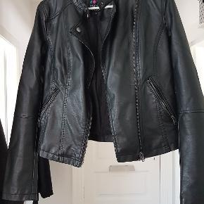Super fed jakke med mange detaljer. Den har et lille 2mm hak på det ene ærme. Man skal vide det er der for at lægge mærke til det. BM: 2x44cm Længde: 53cm Ærmer: 63cm Talje: 2x44cm