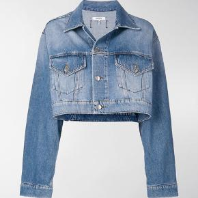 Jeg sælger min Ganni Demin jakke da jeg ikke får den brugt. Købte den selv for 1999 kr.  Ingen tegn på slid  BYD BYD BYD