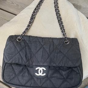 Sælger denne skønne Chanel taske i stof med sølv hardware, da jeg har fået en ny. 🌼 Den er brugt, men er stadig rigtig fin. Deraf prisen. Serienummeret er stadig intakt i tasken.  Tasken kan både bruges som skuldertaske og crossbody👛  Størrelse: 31x19x7 cm 🌟  Der medfølger desværre ikke andet originalt tilbehør, da den er købt i en vintage forretning flere år tilbage.   Tasken har noget slid, hvilket kan ses på hjørner. Låsen er også ridset, og formen er blevet lidt blød. Indvendigt er den i fin stand, men har fået en misfarvning. Farven er heller ikke så shiny, som den var engang 🌟  Skriv endelig, hvis der er spørgsmål, eller hvis der ønskes flere billeder 🌷