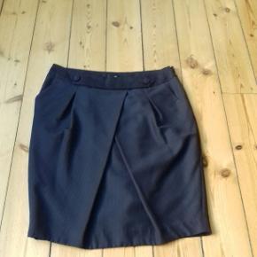 Fin nålestribet nederdel med lommer foran og lynlås i ene side