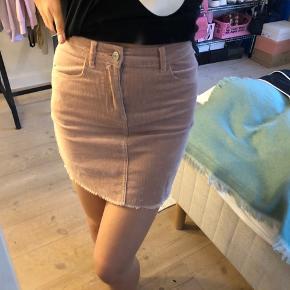 Sælger disse to nederdele fra Brandy Melville, de er begge i en str S og er som nye! 150 kr pr stk
