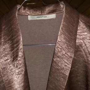 LÆKKER, ubrugt blazer fra Gestuz, i en skinnende-rosa farve! Købt i str. L, for et oversize look.  Spørg endelig for flere billeder!  Nypris: 1.300kr  #30daysellout