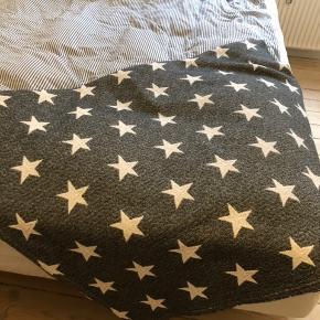 Fint sengetæppe med stjerne. Købt i Magasin.  240x190