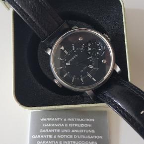 Flotte store ur Ø 5cm 1cm tykkelse med læderrem, lige som nye. 2 nye batterier er indsat. Certifikat og original æske medfølger.