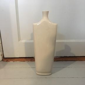 Vase fra Villa collection. Ca. 31 cm høj og 11 cm på det bredest stykke.