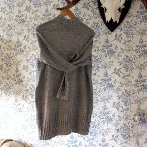 Grå sweater fra Monki med høj hals. Akryl/bomuldsmix 🐺