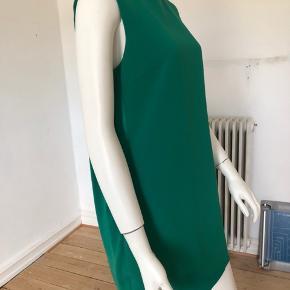 Smuk og minimalistisk kjole fra Kenzo. 60-ernes inspireret model med en tvist af 00-erne. Unik og altid på mode. Brugt få gange, er som ny og fejler intet.  Str fransk 38.  Længde: 80 cm.  Brystvidde 84 cm.  Byttes ikke.