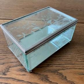 Fint smykkeskrin i glas med spejlbund. Det ene hængsel er defekt men kan repareres. Kan ikke ses udefra og skrinet kan stadig bruges som normalt. L15xB10xH7.5