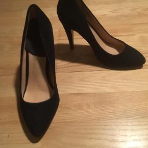 4f2e5b4b719 Varetype: Heels Farve: Sort Flotte sko af ruskind. Brugt til en  konfirmation.