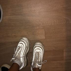 Jeg sælger mine Nike 97, som er brugte og en smule slidte, men de trænger til lidt rens, så er de gode og fine igen.