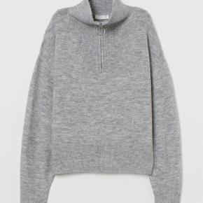 H&M Sweater, Næsten som ny. Nordvest - Jeg sælger denne grå sweater fra H&M med sød lynlås detalje ved halsen.. H&M Sweater, Nordvest. Næsten som ny, Brugt og vasket et par gange men uden mærker eller skader