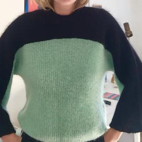 INFO 💚🌙  Obs! Trøjen er mere grøn end blå, billede 2+3 snyder lidt pga lyset fra vindue   50% MOHAIR 31% NYLON 19% ULD
