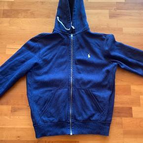 Varetype: Cardigan Farve: Blå Oprindelig købspris: 899 kr.  Rigtig fin hættetrøje/cardigan. Fejler intet men er blevet for kort til min søn.