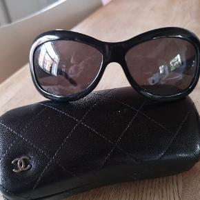 Fine Chanel solbriller med læder stænger. Ingen ridser. Kommer med etui.